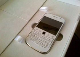 RIM Soon To Release White BlackBerry 9900 on AT&T